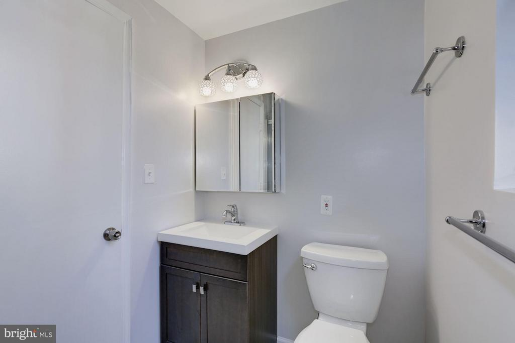 MASTER BATHROOM COMPLETELY RENOVATED TOP-TO-BOTTOM - 1736 QUEENS LN #3-192, ARLINGTON