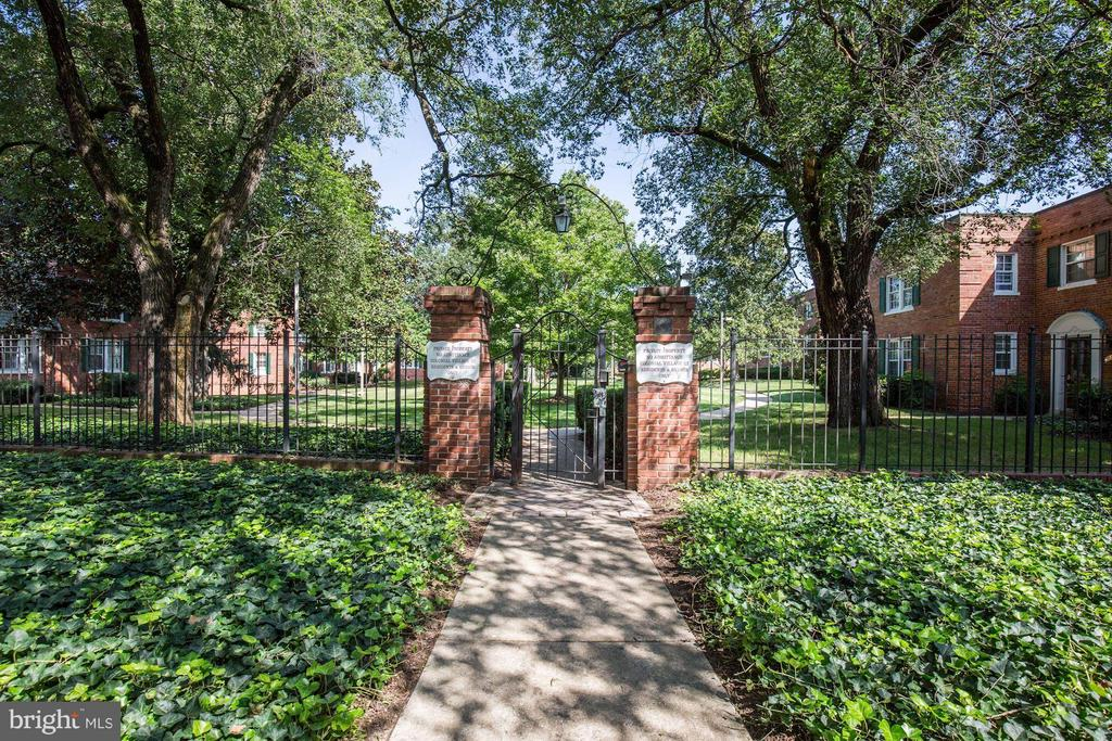 GATED ENTRANCE TO COMMUNITY! - 1736 QUEENS LN #3-192, ARLINGTON