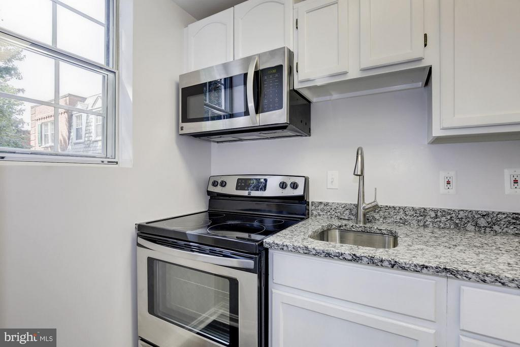 KITCHEN FEATURES BRAND NEW STAINLESS STEEL APPS! - 1736 QUEENS LN #3-192, ARLINGTON