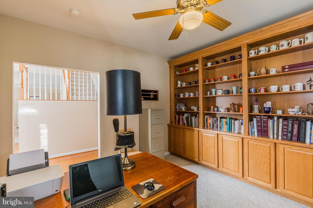 Library with built-in bookcases - 17271 FOUR SEASONS DR, DUMFRIES