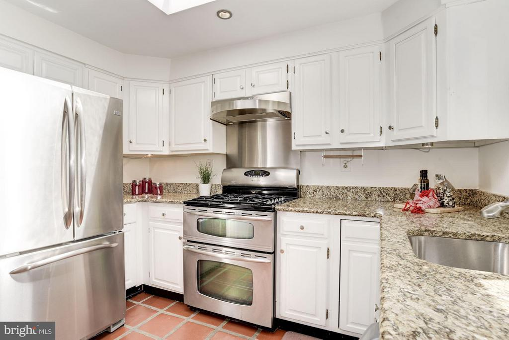 Stainless Steel Appliances and Granite Counters - 2806 DUMBARTON ST NW, WASHINGTON