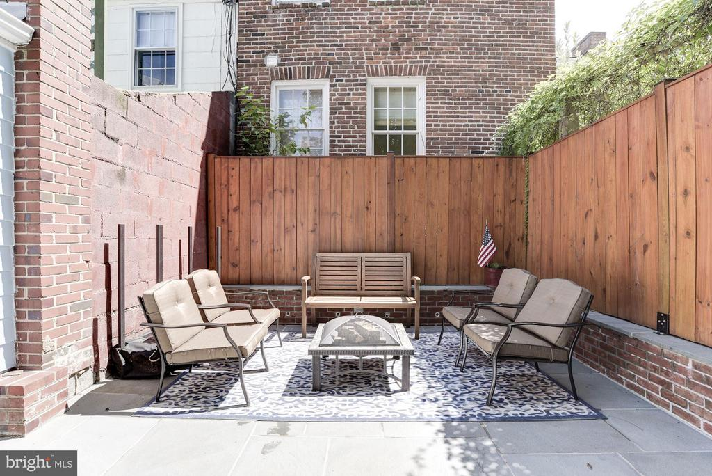 Outdoor Living Room - 2806 DUMBARTON ST NW, WASHINGTON