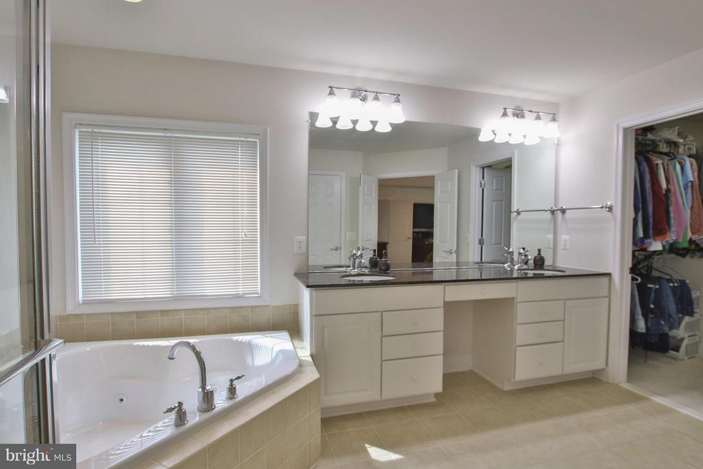 Jetted tub & deep walk in closet - 9406 OLD SETTLE CT, MANASSAS