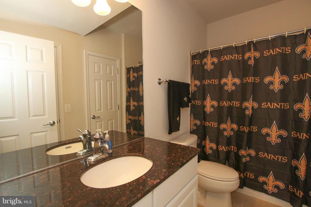 Full, dual entry bathroom - 9406 OLD SETTLE CT, MANASSAS