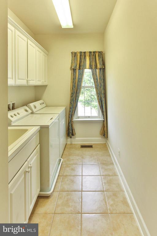 Laundry room with utility sink - 9406 OLD SETTLE CT, MANASSAS