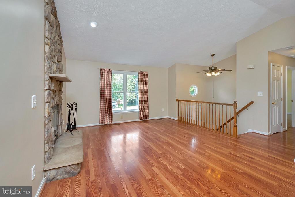 Living Room w/ Wood Laminate Floors - 11906 HUNTING RIDGE DR, FREDERICKSBURG