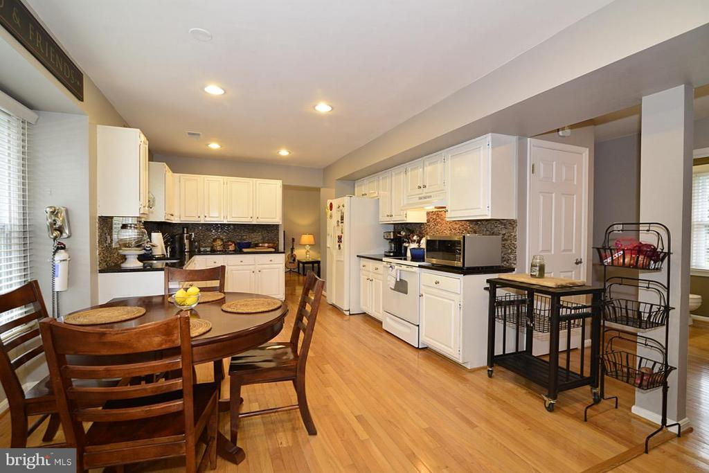 eat in kitchen - 13412 POCONO CT, HERNDON