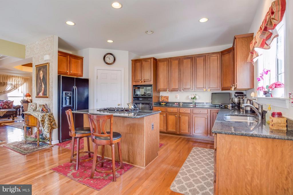 Beautiful wood cabinets and flooring - 8199 MCCAULEY WAY, LORTON