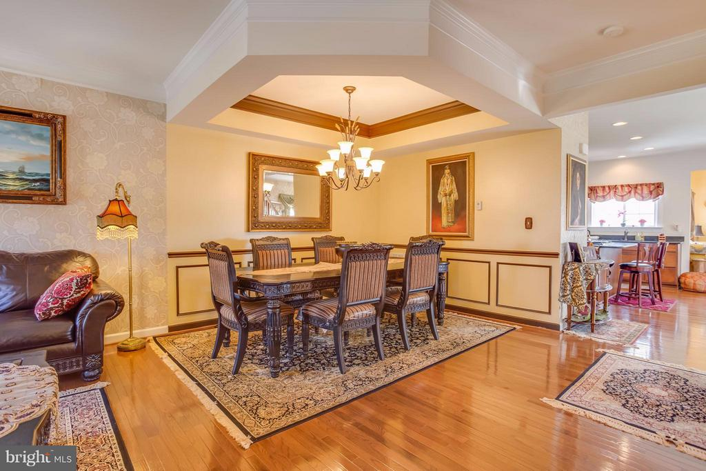 Tray Ceiling, Chair Railing and Crown Molding - 8199 MCCAULEY WAY, LORTON