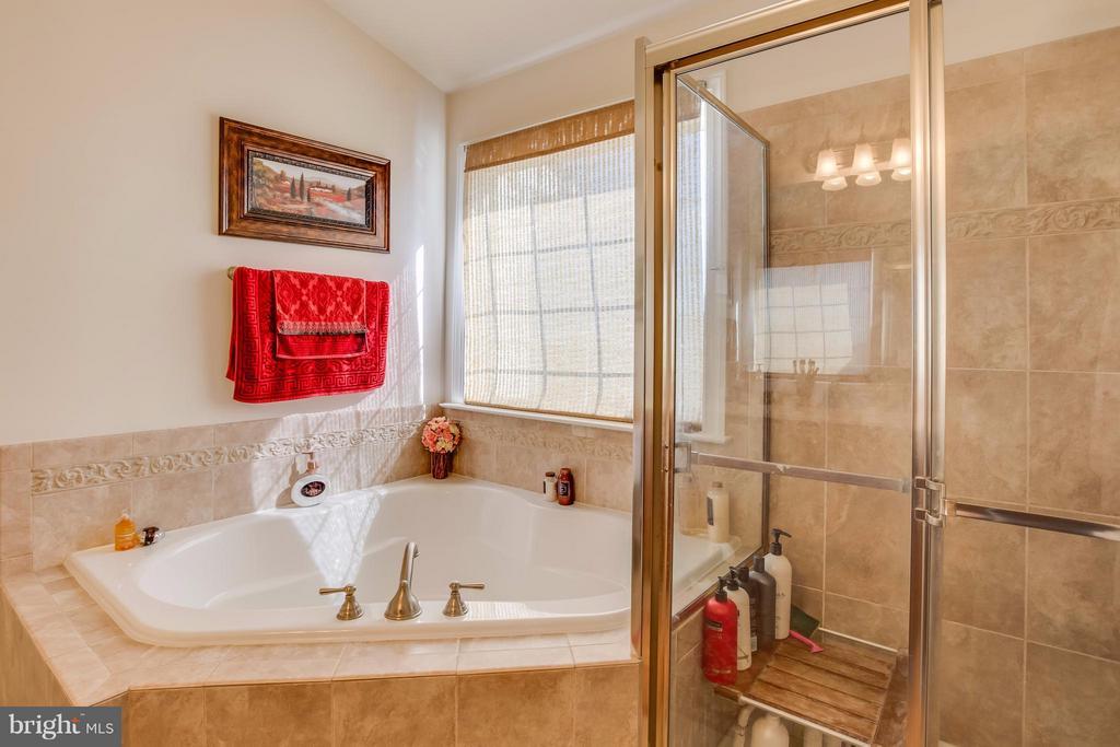 Corner Soaking Tub w/ separate shower - 8199 MCCAULEY WAY, LORTON