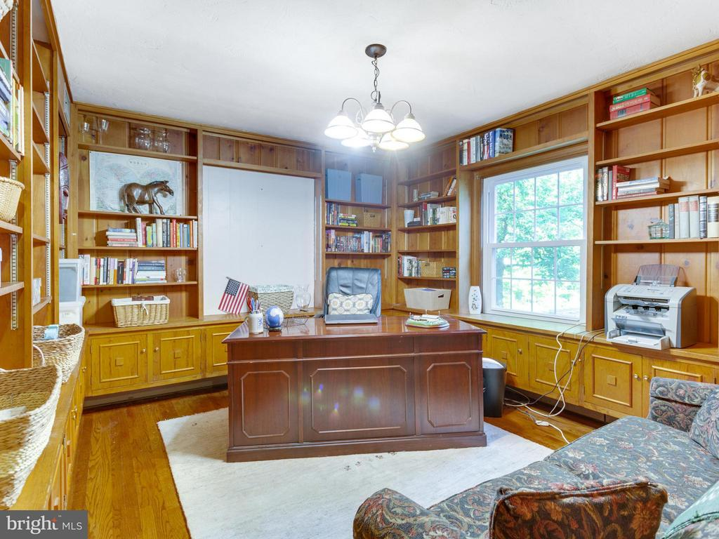 Handsome study with built in shelving - 5624 GLENWOOD DR, ALEXANDRIA