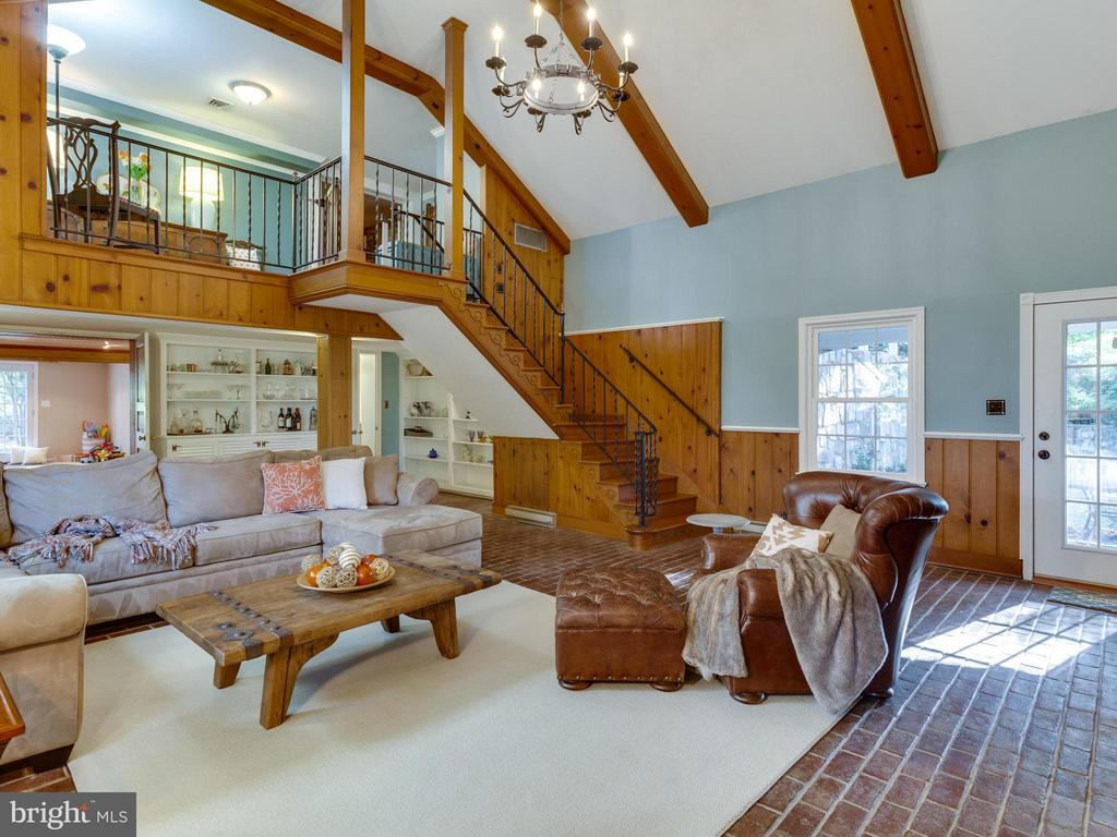 Superb Great Room with vaulted ceiling - 5624 GLENWOOD DR, ALEXANDRIA