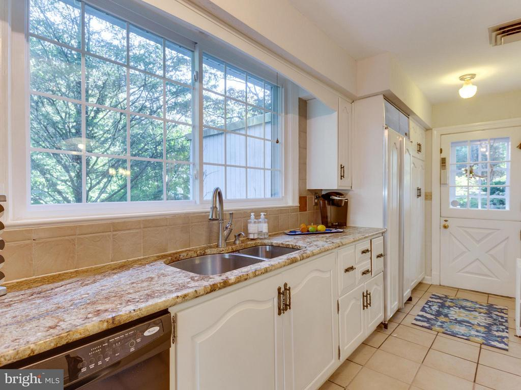 Plenty of counter space and egress to the patio - 5624 GLENWOOD DR, ALEXANDRIA