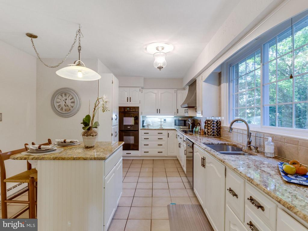 Kitchen island ideal for food prep or breakfast! - 5624 GLENWOOD DR, ALEXANDRIA