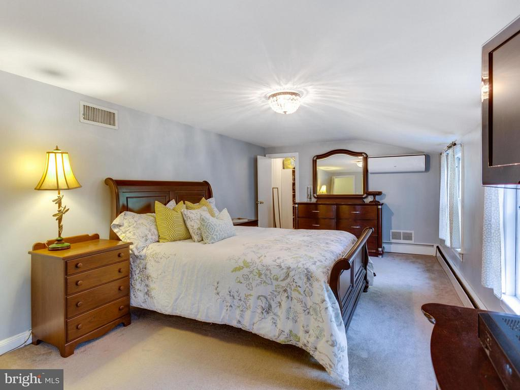 Spacious master bedroom with new minisplit system - 5624 GLENWOOD DR, ALEXANDRIA