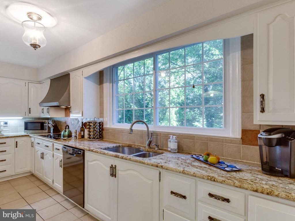 Spacious kitchen with top-of-the-line appliances - 5624 GLENWOOD DR, ALEXANDRIA
