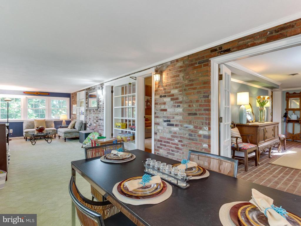 Ideal circular flow for living &  entertaining - 5624 GLENWOOD DR, ALEXANDRIA