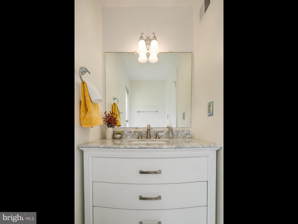 Gorgeous new marble vanity in powder room - 5929 WATERS EDGE LANDING LN, BURKE