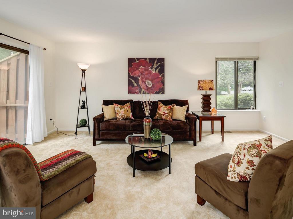 Spacious light filled living room - 5929 WATERS EDGE LANDING LN, BURKE