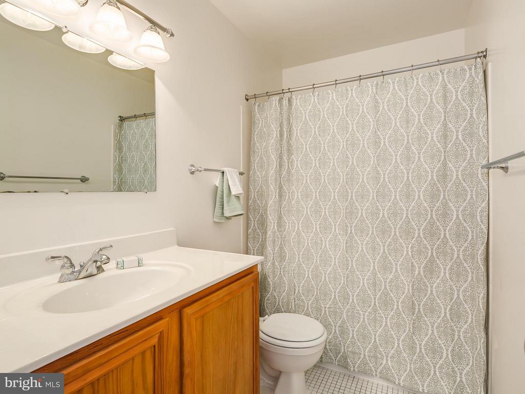 Hall Bathroom on Upper Level - 5929 WATERS EDGE LANDING LN, BURKE