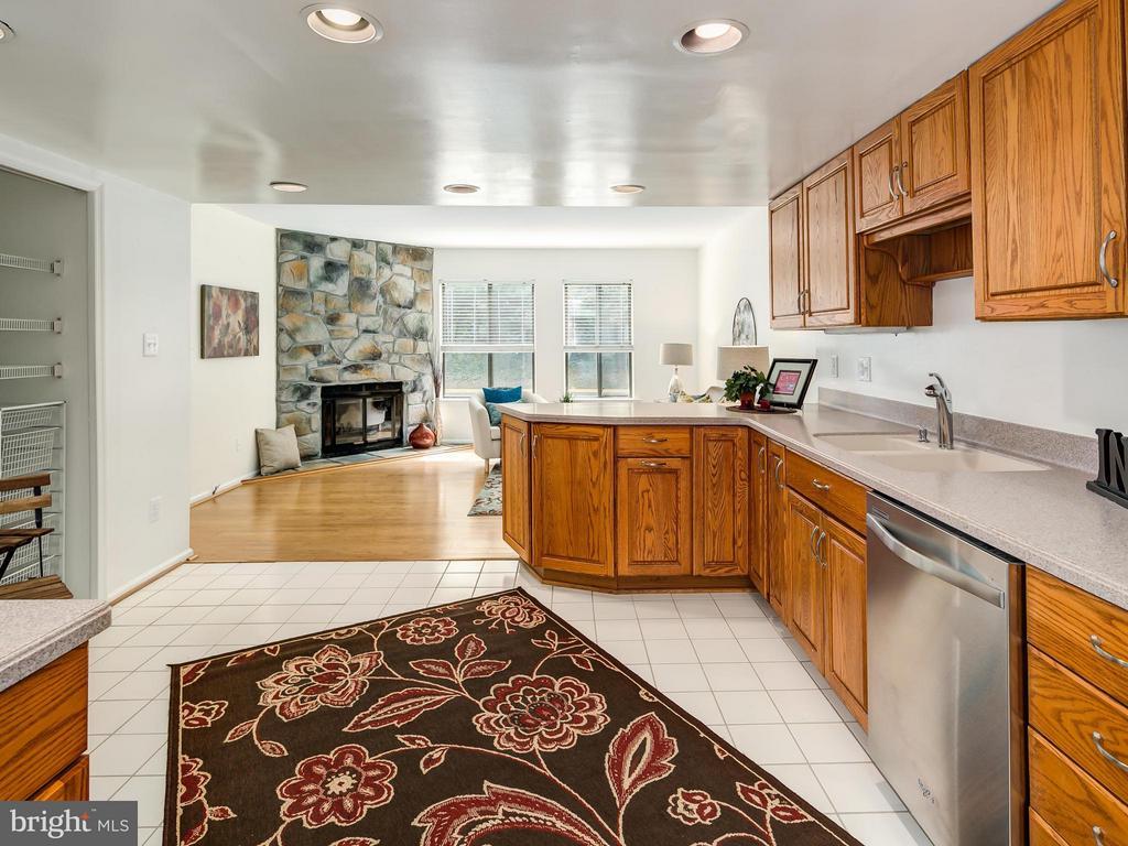 Open Floor Plan-Family Room opens up to Kitchen - 5929 WATERS EDGE LANDING LN, BURKE