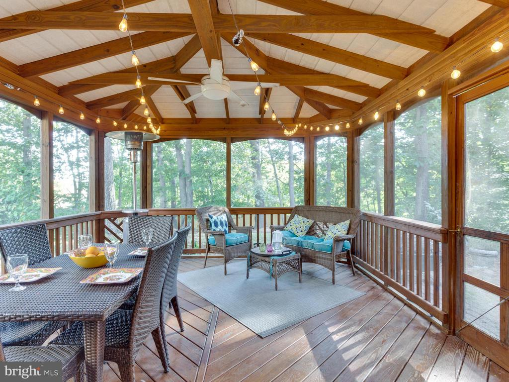 Beautiful screened-in porch with views of yard - 6229 GENTLE LN, ALEXANDRIA