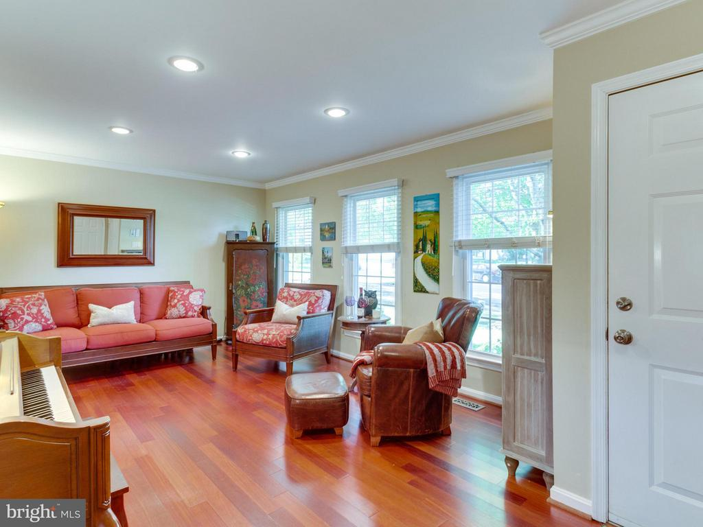 Spacious living room with lots of light! - 6229 GENTLE LN, ALEXANDRIA