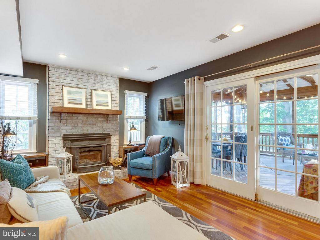 Family rooms opens to screened-in porch - 6229 GENTLE LN, ALEXANDRIA