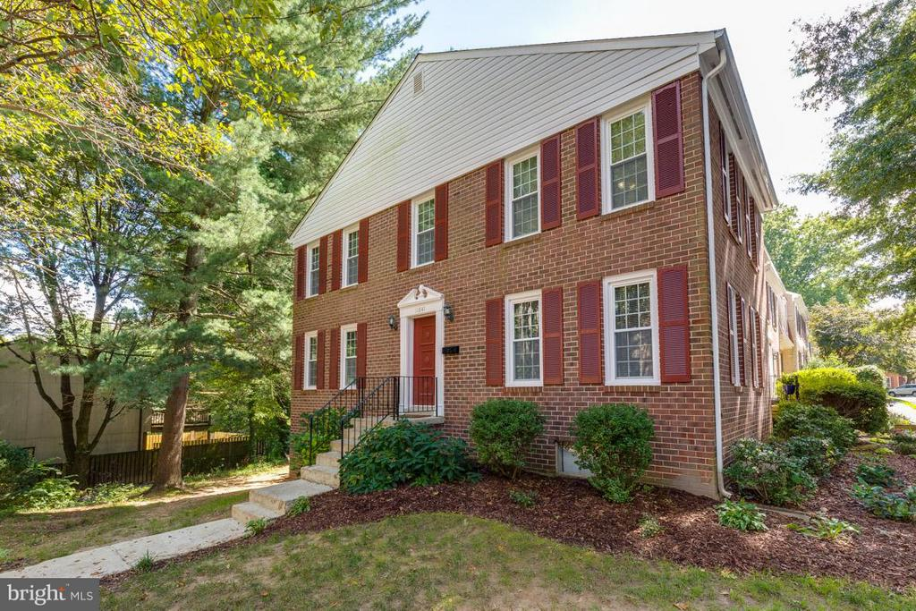Gorgeous end unit townhome in Deepwood - 11841 DUNLOP CT, RESTON