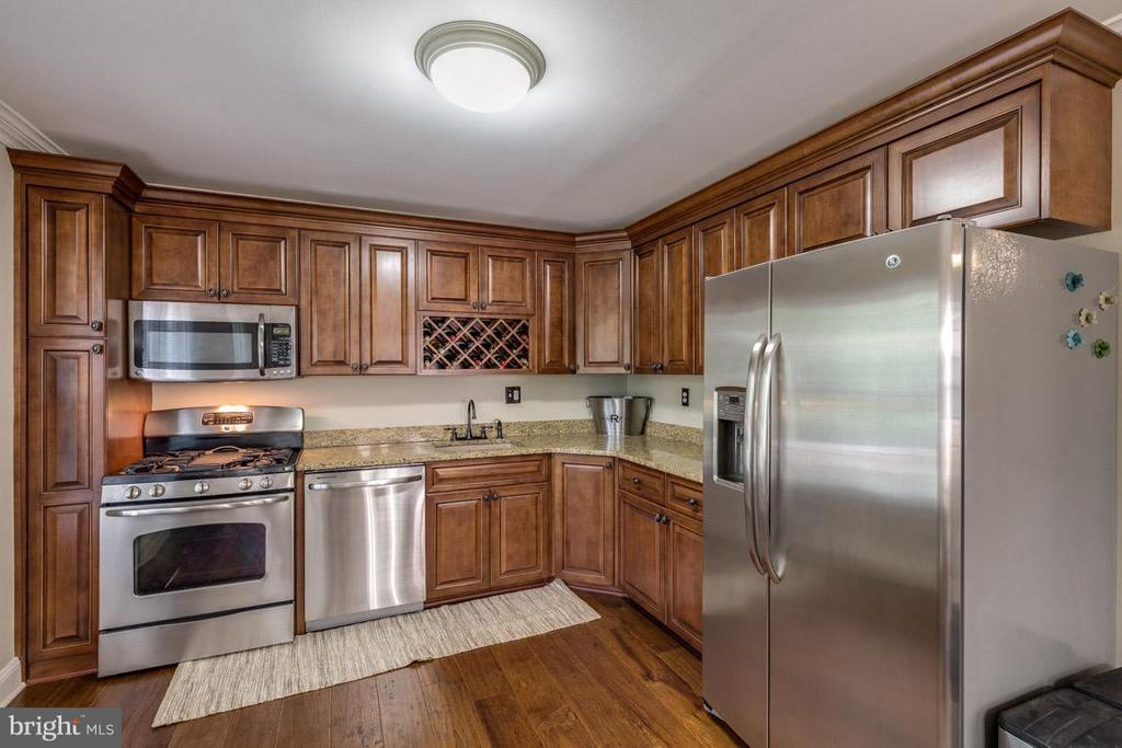 Completely renovated with newer appliances - 11841 DUNLOP CT, RESTON