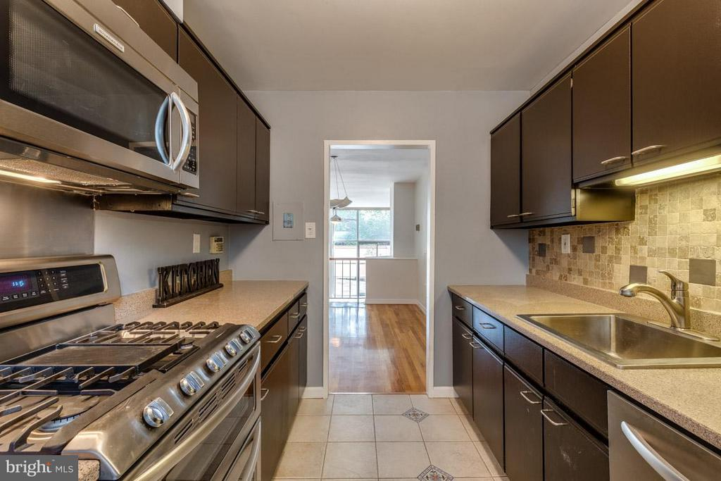 Kitchen leads to your gated front yard - 292 M ST SW #292, WASHINGTON