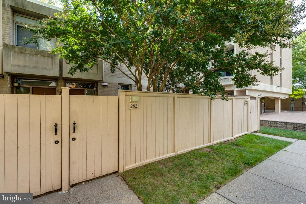 Welcome home. Gate takes you to your door! - 292 M ST SW #292, WASHINGTON