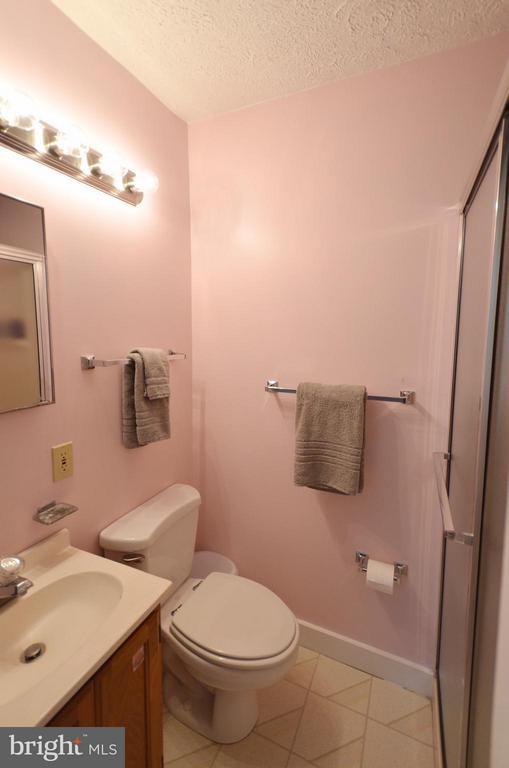 Bath - 410 NURSERY AVE, PURCELLVILLE