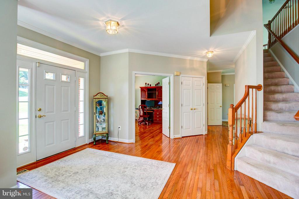 Foyer with hardwood flooring - 609 BEAUREGARD DR SE, LEESBURG