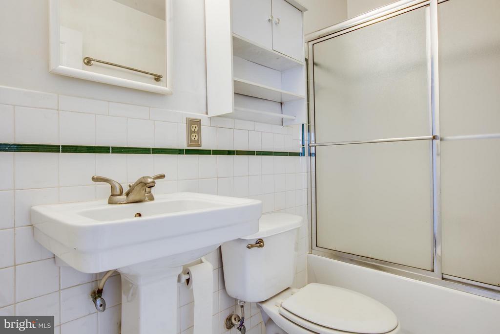 Bath - 810 MARYE ST, FREDERICKSBURG
