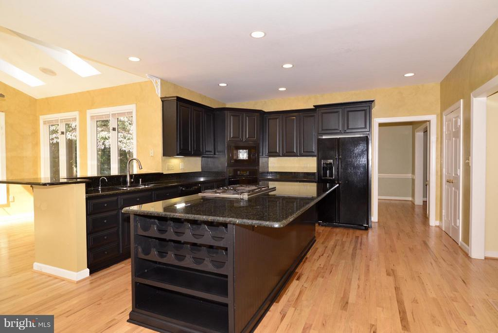 UPDATED KITCHEN AND CEILING FANS THROUGHOUT - 509 BEAUREGARD DR SE, LEESBURG