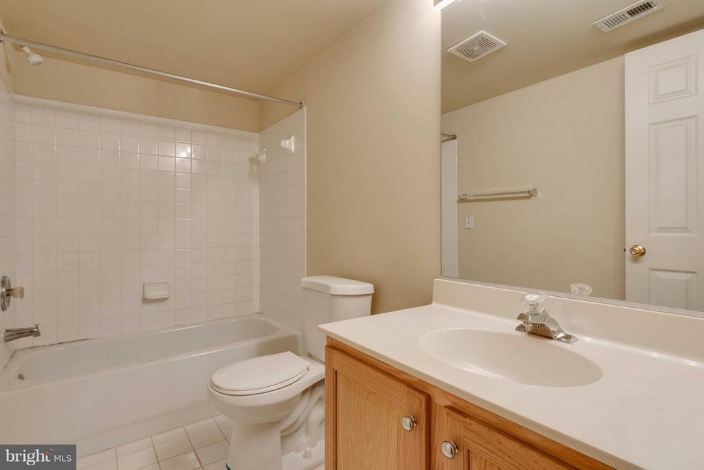 Hall Bath - 9340 SUMNER LAKE BLVD, MANASSAS