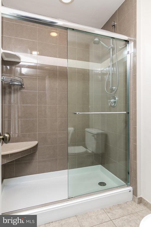 Large shower with corner bench. - 12396 ROCK RIDGE RD, HERNDON