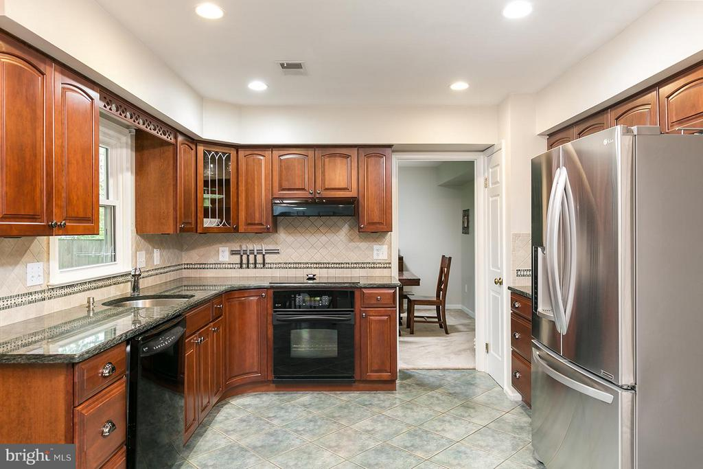 Gleaming kitchen! - 12396 ROCK RIDGE RD, HERNDON