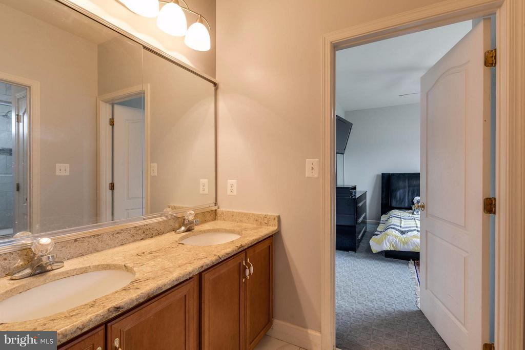 Jack and Jill Bath room between 2 bedrooms - 22728 DULLES GAP CT, ASHBURN