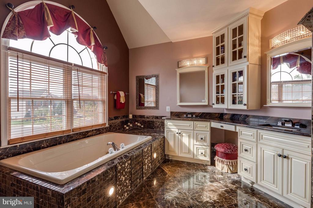 Elegant master bath with tub and two vanities - 22728 DULLES GAP CT, ASHBURN