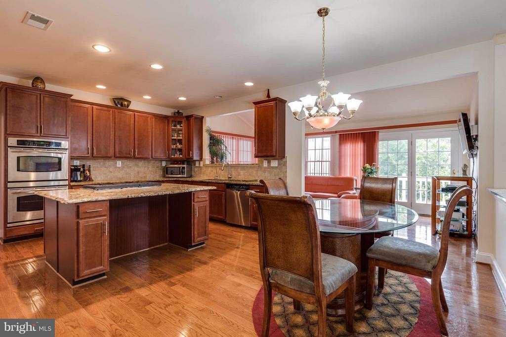 Ample space for large eat in kitchen - 22728 DULLES GAP CT, ASHBURN