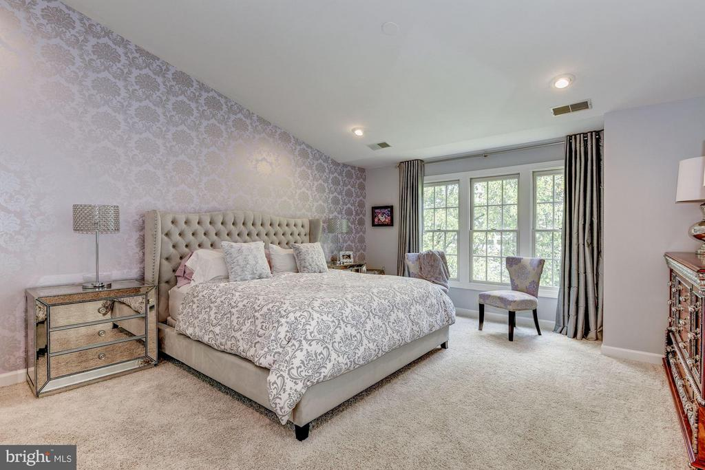 MASTER BEDROOM - VERY LARGE & SPACIOUS! - 8022 KIDWELL TOWN CT, VIENNA