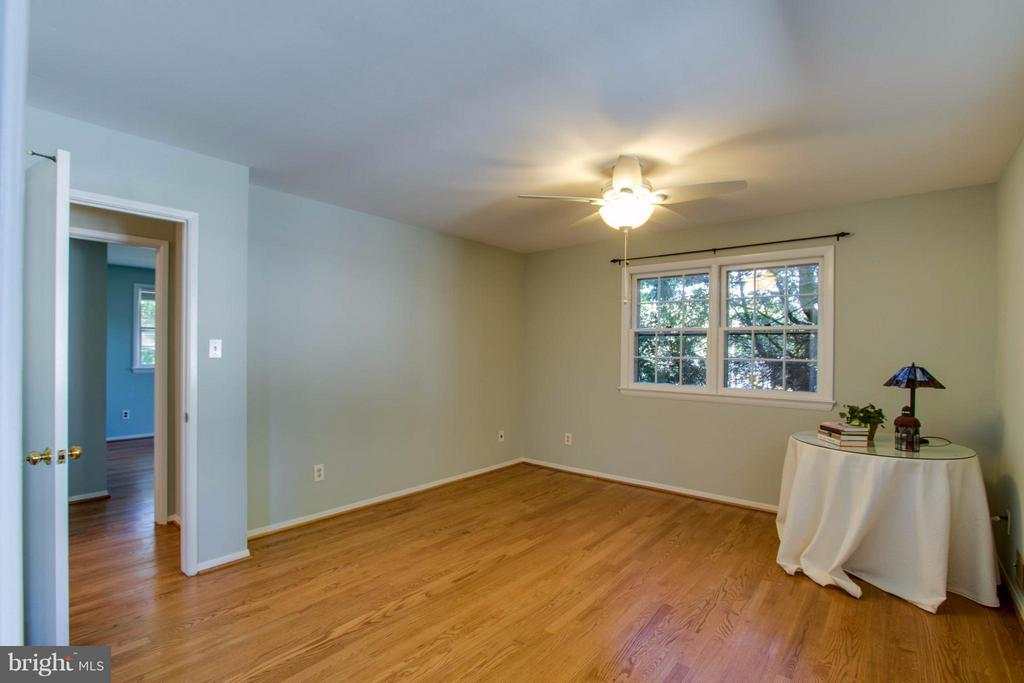 Upper level master with adjacent bath - 5216 PORTSMOUTH RD, FAIRFAX