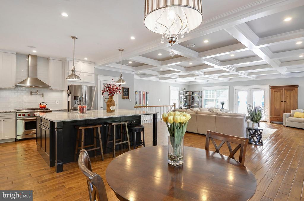 Spacious breakfast area and counter seating - 5656 5TH ST N, ARLINGTON