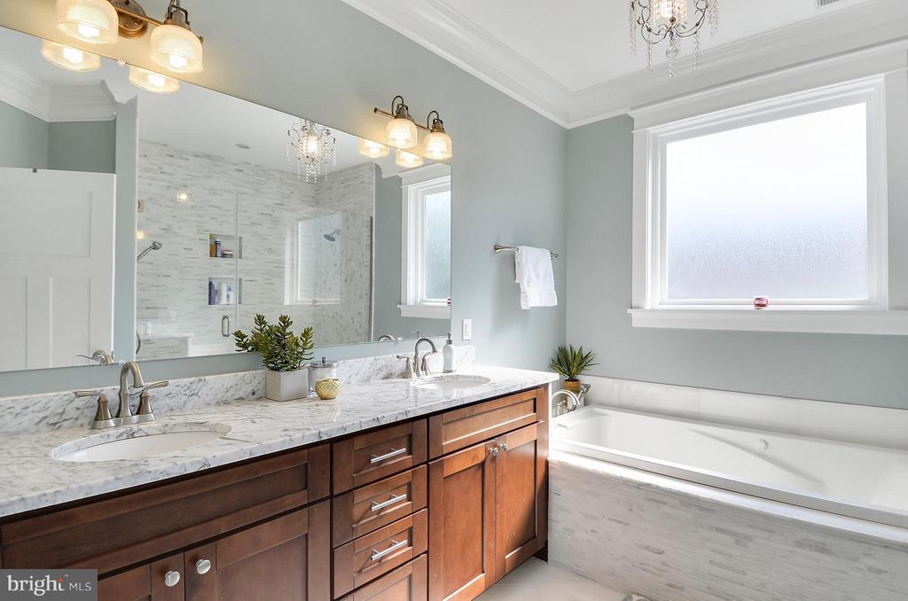 Double vanity, marble tops, jetted tub, luxe tile - 5656 5TH ST N, ARLINGTON