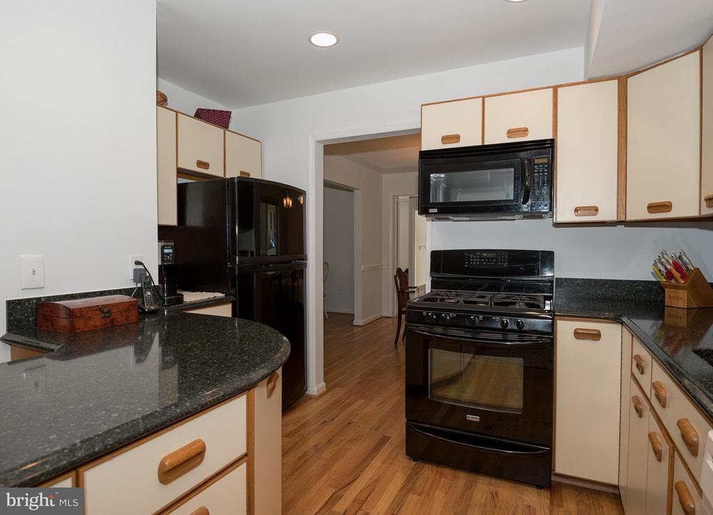 Kitchen - 9606 JOMAR DR, FAIRFAX