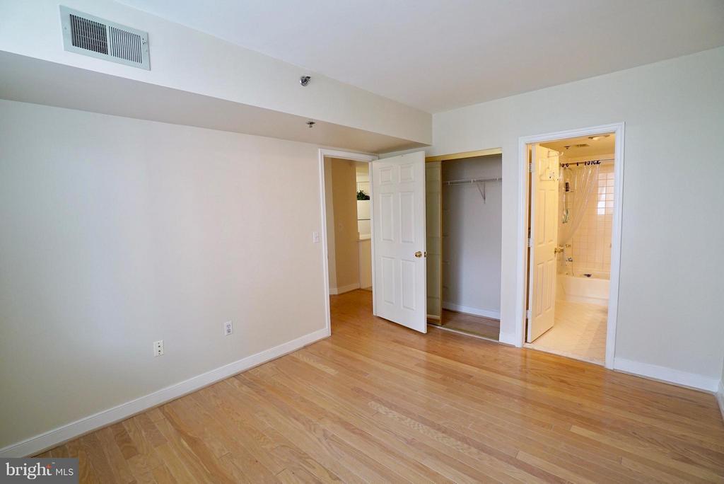 Hardwoods in the bedroom - 1045 UTAH ST #2-304, ARLINGTON