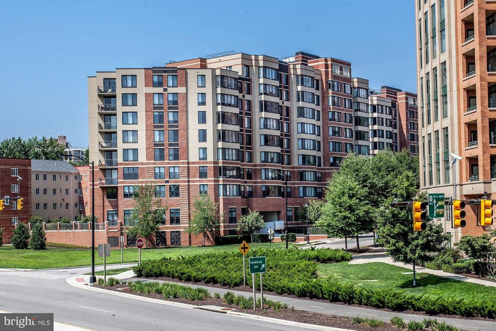 WELCOME to THE PARK AT COURTHOUSE CONDOMINIUM! - 2220 FAIRFAX DR #705, ARLINGTON