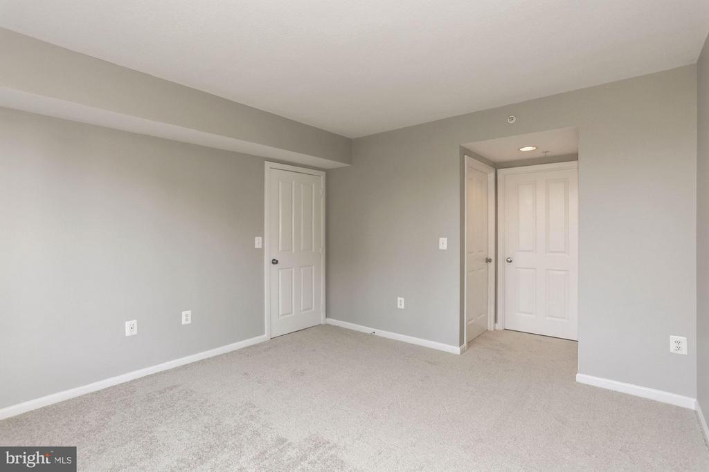 MASTER BEDROOM - BRAND NEW CARPET, FRESHLY PAINTED - 2220 FAIRFAX DR #705, ARLINGTON
